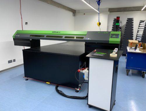 Neuer UV-LED-Flachbettdrucker in Betrieb genommen