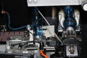 Die Druckmaschine erkennt automatisch die richtige Lage der Flasche